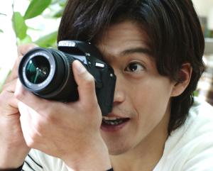 小栗旬のニコンCM:カメラ姿が格好い!1