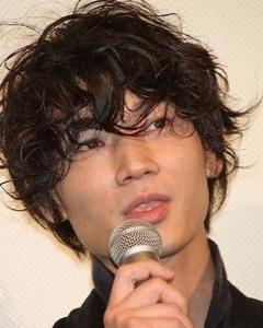 綾野剛の髪型必見!ショートパーマ&ロングヘア!8