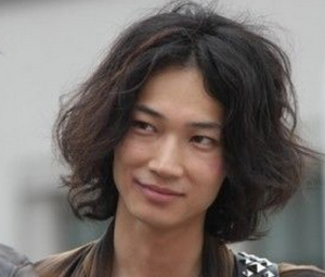 綾野剛のロングパーマ髪型1