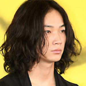 綾野剛のロングパーマ髪型2
