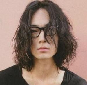 綾野剛のロングパーマ髪型7
