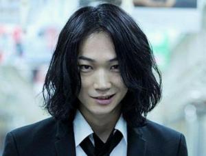綾野剛のロングパーマ髪型5